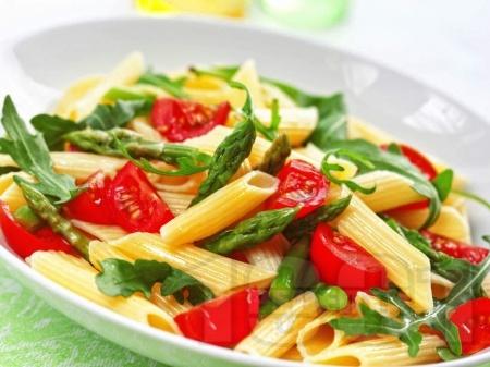 Студена макаронена салата с пене паста, чери домати, аспержи и рукола - снимка на рецептата
